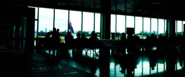 pessoas que se deslocam dentro de um aeroporto - aeroporto de congonhas - fotografias e filmes do acervo