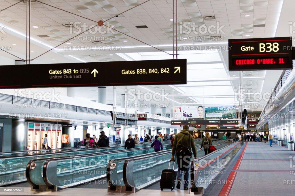 Esteira rolante no Aeroporto Internacional de Denver - foto de acervo