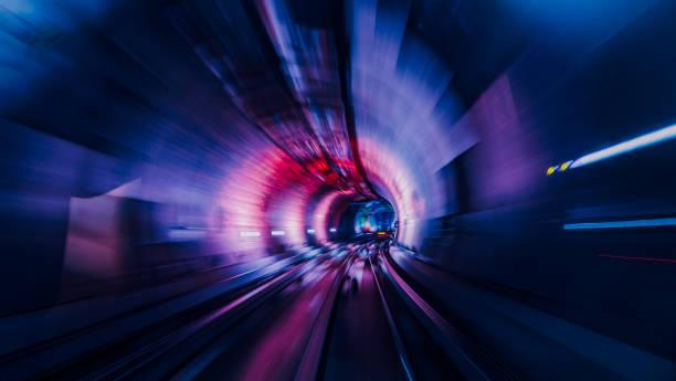 Umzug durch eine beleuchtete tunnel – Foto