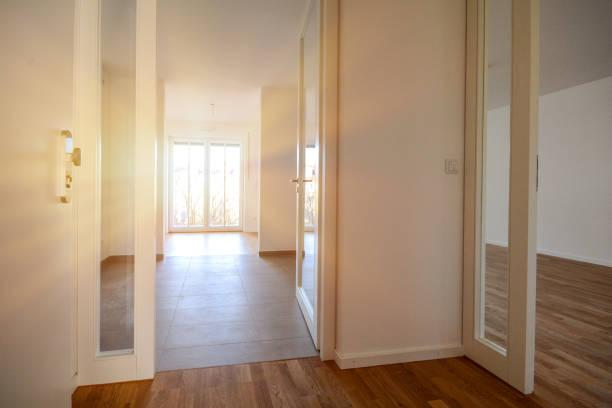 Umzug in neue Wohnung, Zugang zu modernen leeren Wohnung in einem Wohnhaus – Foto