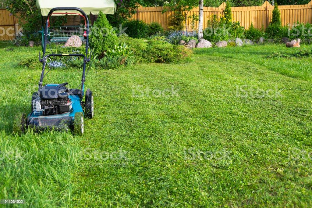 Mähen von Rasen Rasenmäher auf grünen Rasenmäher Rasen mähen Gärtner Pflege Arbeitsgerät nahe Ansicht sonnigen Tag – Foto