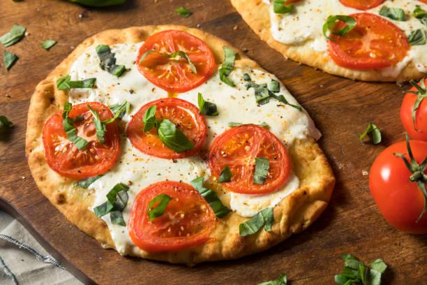 mozarella-basilikum und tomaten fladenbrot pizza - fladenbrotpizza stock-fotos und bilder