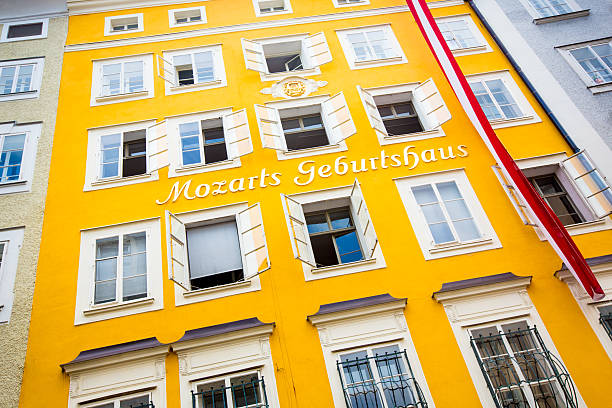geburtsort mozarts geburtshaus in salzburg, österreich - salzburg stock-fotos und bilder
