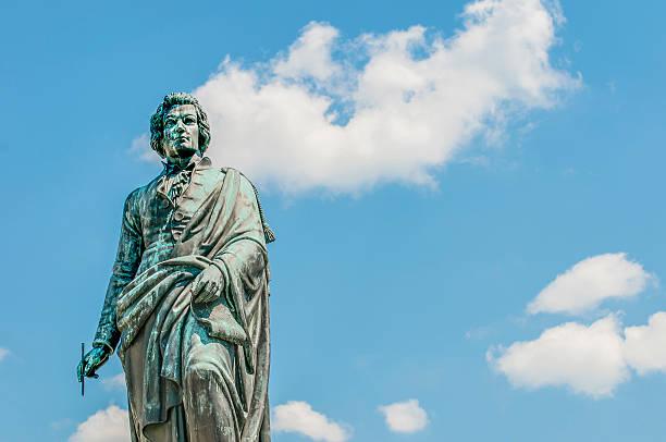 mozart-statue auf mozart square (mozartplatz) in salzburg, austri - salzburg stock-fotos und bilder