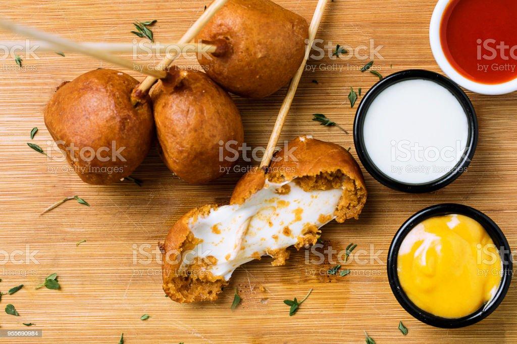 bolinhas de queijo mussarela em cima - foto de acervo