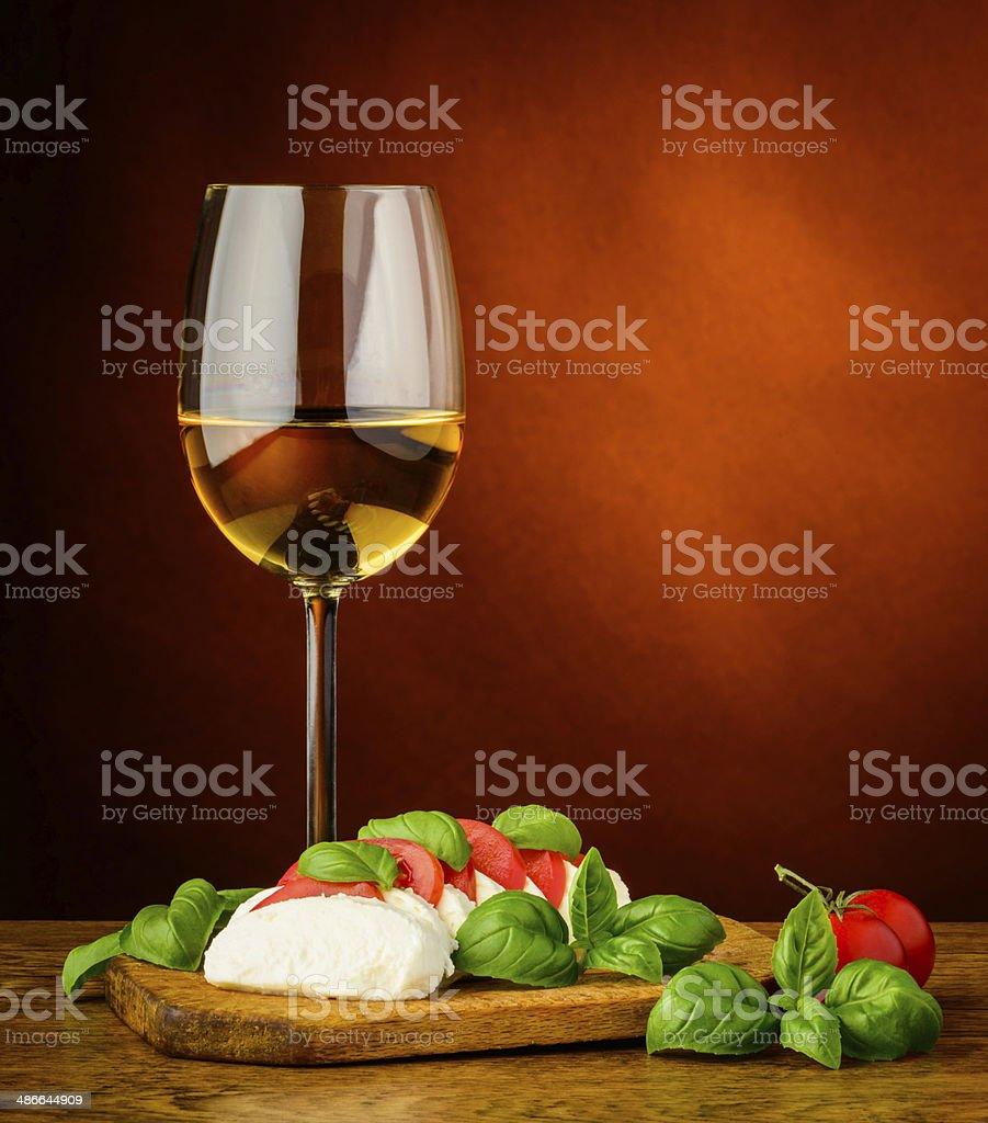mozzarella und Basilikum, Tomaten und Wein – Foto