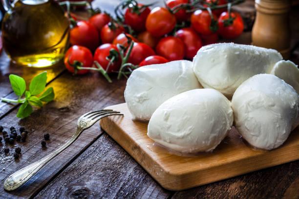 mozzarella-käse - caprese salat stock-fotos und bilder