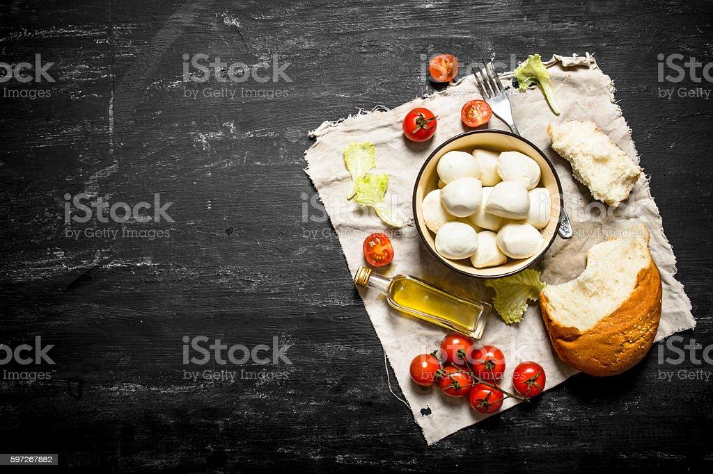 Mozzarella with fresh bread, tomatoes and greens. Lizenzfreies stock-foto