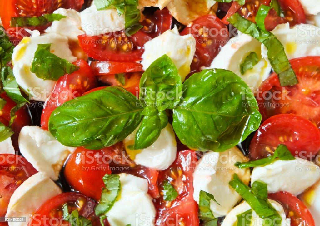 Mozzarella mit Tomaten, Basilikum und Rucola - full-frame – Foto