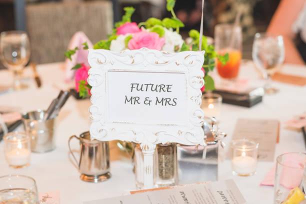 mr. und mrs bridal dusche zeichen - brautparty kuchen stock-fotos und bilder