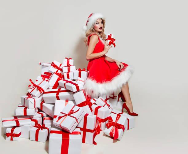 mrs. santa claus sitzt auf geschenke. - elfenkostüm damen stock-fotos und bilder