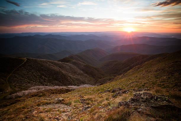 mount buller vista del tramonto - victoria australia foto e immagini stock