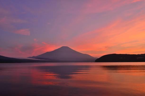 富士山日没後山中湖山梨県 - yamanaka lake ストックフォトと画像