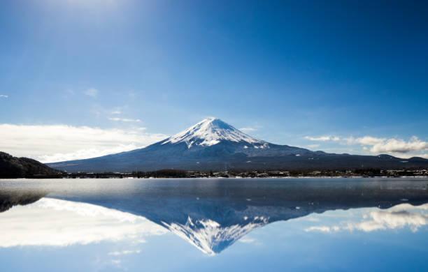 青空に対する富士山 - 富士山 ストックフォトと画像