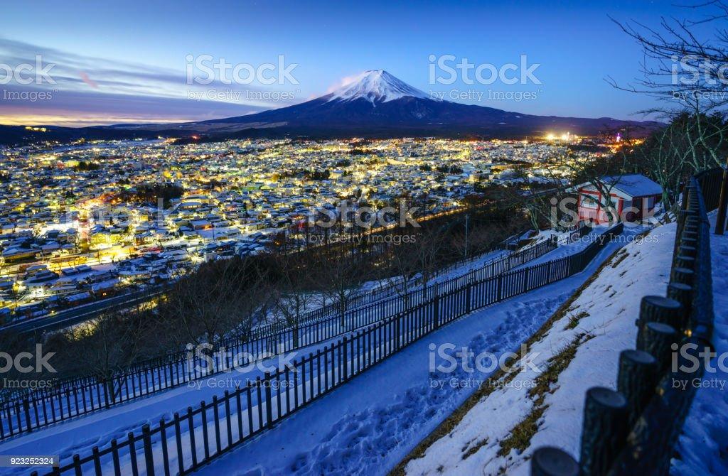 Mt. Fuji und Fujiyoshida Stadt in der Dämmerung, Japan – Foto