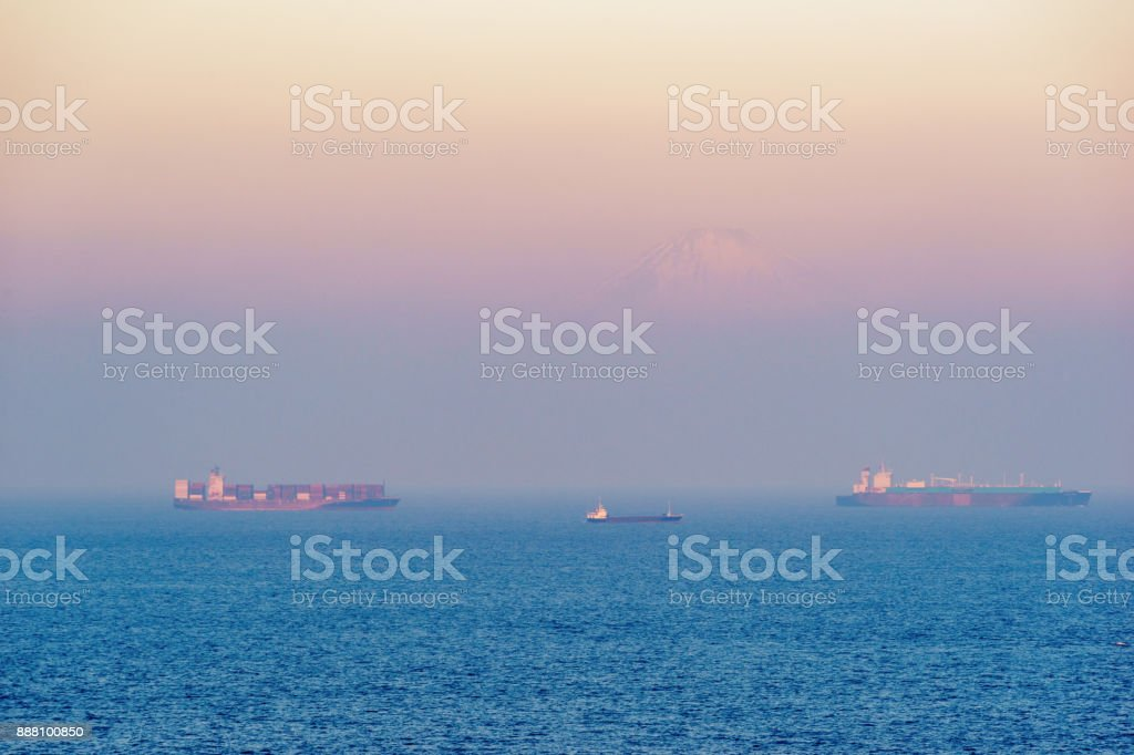 富士山と東京湾朝もやの中に巨大なコンテナー船 ストックフォト