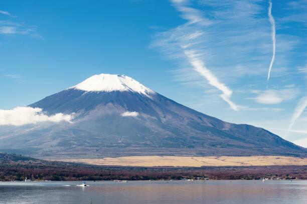 秋の富士山とストレート ライン状の雲 - yamanaka lake ストックフォトと画像