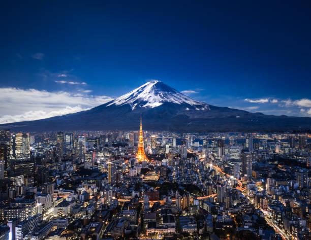 夜の富士山と東京のスカイライン - 富士山 ストックフォトと画像