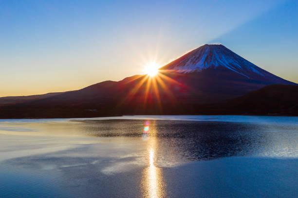 夜明けと本栖湖の富士山 - 富士山 ストックフォトと画像