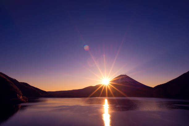 夜明けと本栖湖の富士山 - 夜明け ストックフォトと画像