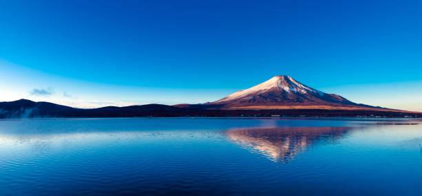 夜明けと山中湖に富士山 - yamanaka lake ストックフォトと画像