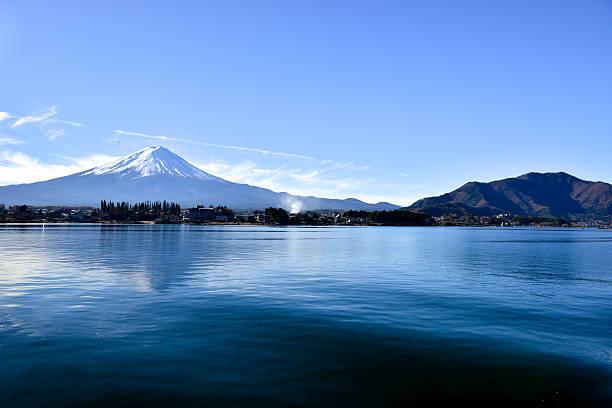 富士山 kawaguchiko 湖から - yamanaka lake ストックフォトと画像