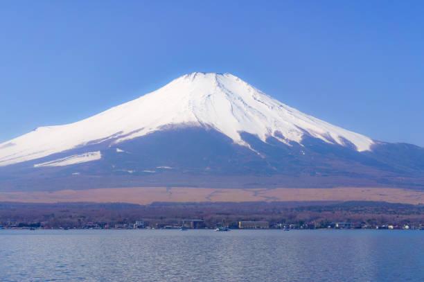 春霞む富士山 - yamanaka lake ストックフォトと画像