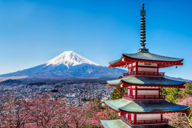 富士山薄っすらと、富士吉田慰霊碑モニュメントとしても知られる五重塔 chureito 五重塔、富士吉田、日本 - 富士山 ストックフォトと画像