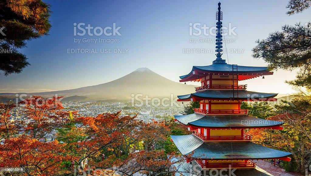 Mt. Fuji mit Chureito Pagode bei Sonnenuntergang, Fujiyoshida, Japan – Foto