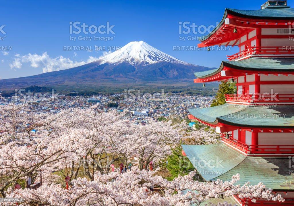 Mt. Fuji mit Chureito-Pagode im Frühjahr, Fujiyoshida, Japan – Foto