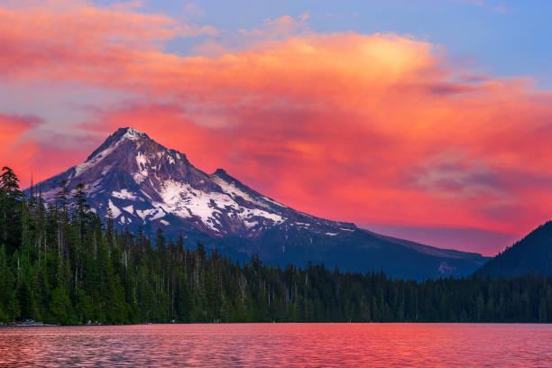 mt. hood at sunset from lost lake, oregon. - góry kaskadowe zdjęcia i obrazy z banku zdjęć