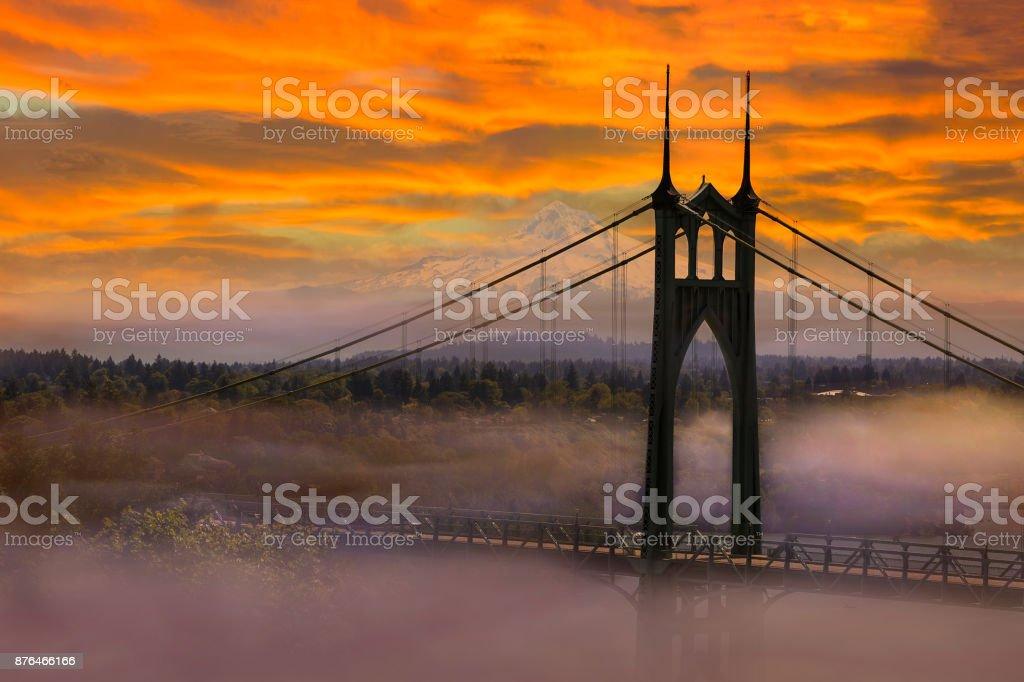 Mt. Hood durch St Johns Brücke in Portland OR an einem nebligen Morgen Sonnenaufgang USA – Foto