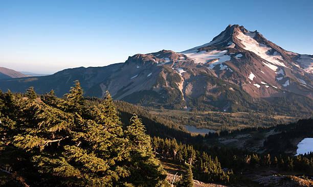 mt. jefferson park oregon cascade range mountain hiking trail - pacific crest trail stock-fotos und bilder