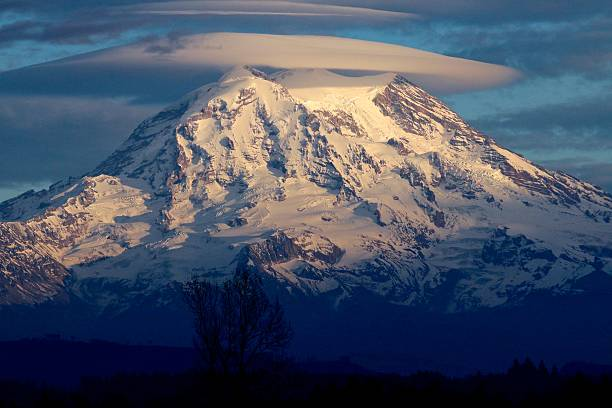 Mt. Rainier and the lenticular cloud A really cool lenticular cloud floated about Mt. Rainier. lenticular cloud stock pictures, royalty-free photos & images