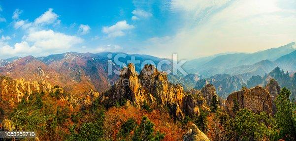 사시사철 아름다움을 간직한 설악산 그중 흘림골의 가을풍경은 경이롭게 아름답다.