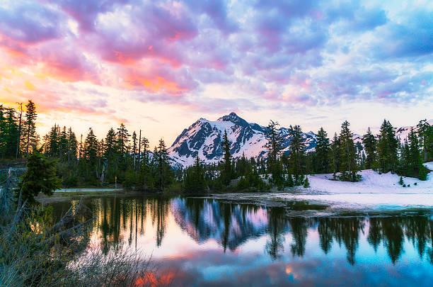 mt. Shucksan with reflection on the lake when sunrise. - foto de acervo