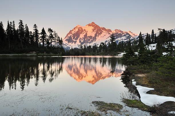 monte shuksan e foto di lago al tramonto - snoqualmie foto e immagini stock