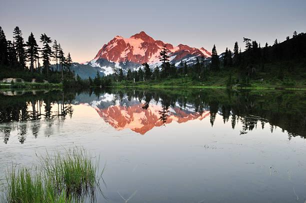 Mont shuksan et Lac picture lake au coucher du soleil - Photo
