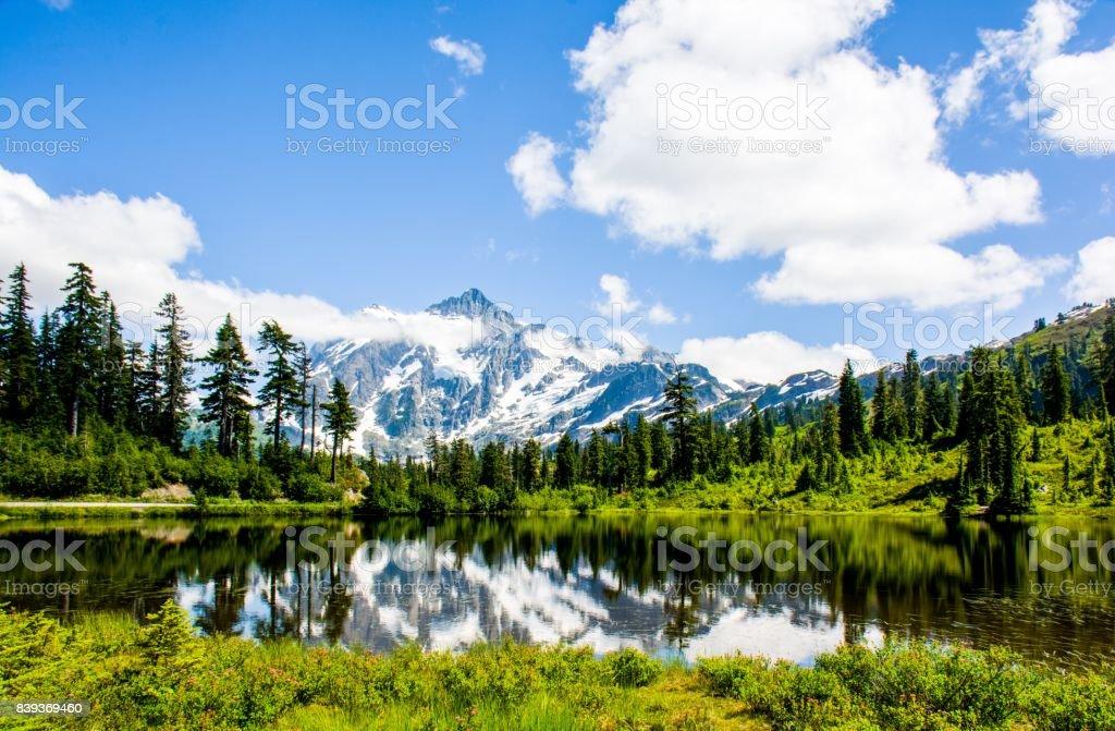 Mont Shuksan reflète dans le lac de photo au Parc National des North Cascades, Washington, é.-u. photo libre de droits