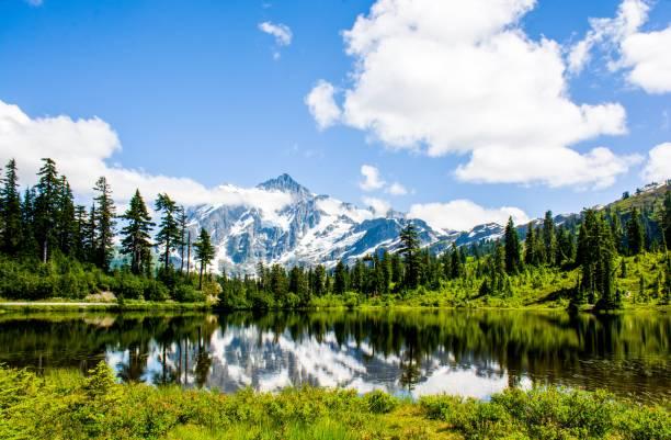 mont shuksan reflète dans le lac de photo au parc national des north cascades, washington, é.-u. - lac mirror lake photos et images de collection