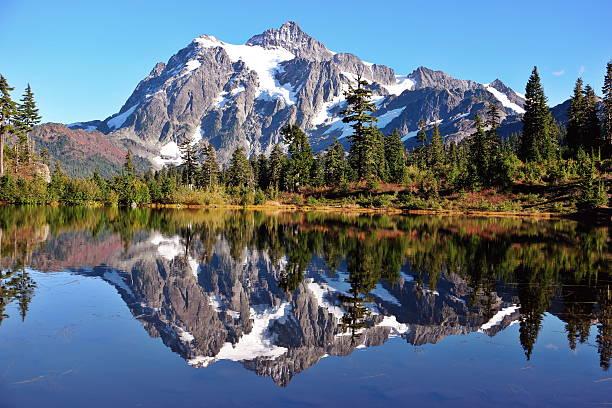 Monte Shuksan reflexo - foto de acervo