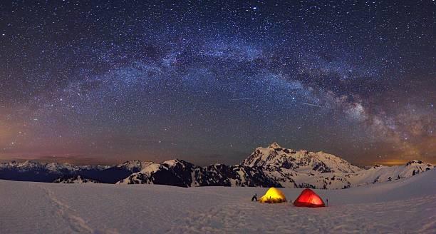 Monte Shuksan a Via Láctea, acampamento Ponto Huntoon - foto de acervo
