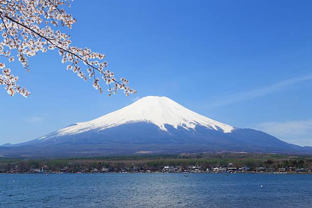 湖で mt.fuji yamanaka 、日本 - yamanaka lake ストックフォトと画像