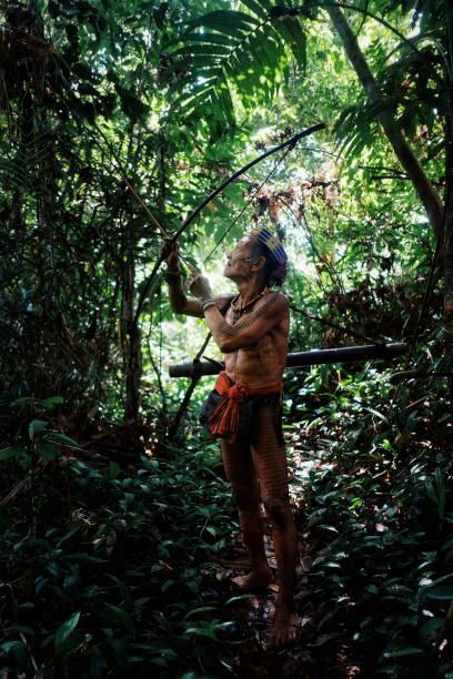 muara siberut, mentawai-inseln / indonesien - 15. august 2017: tribal jäger toikot auf einer jagd reise für affen tief im dschungel - affentattoos stock-fotos und bilder
