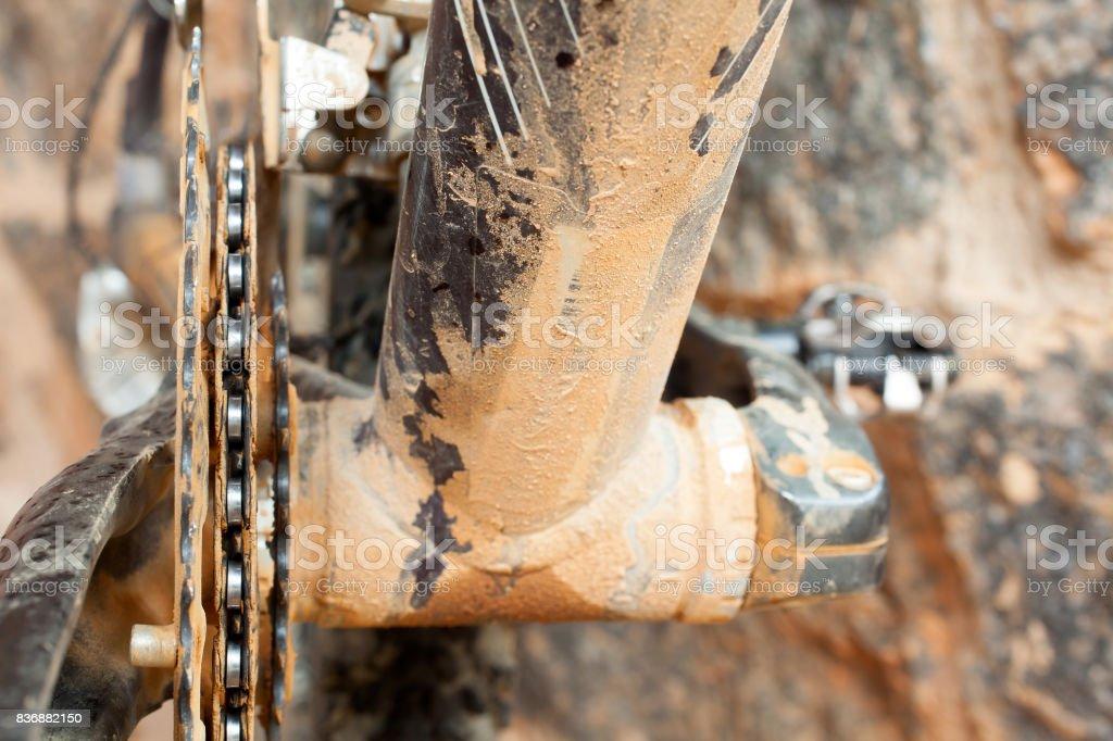Plato sucio de barro y la cadena en una bicicleta de montaña - foto de stock