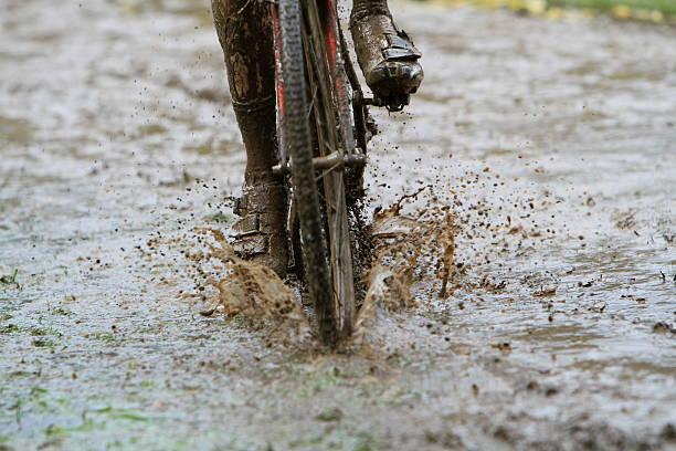 muddy & sloppy cycling geschäftsbedingungen - cyclocross stock-fotos und bilder