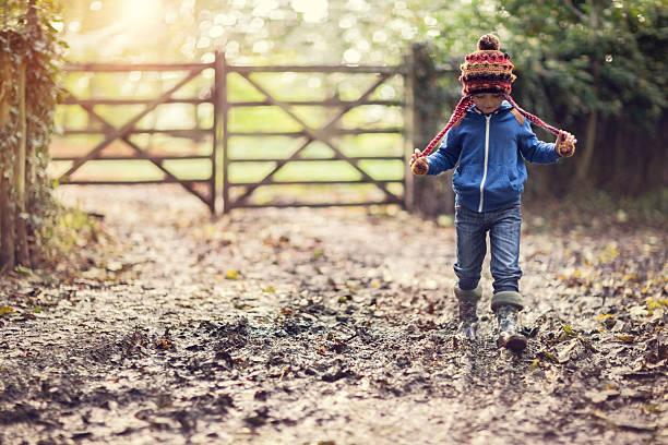 muddy zu fuß - kinder winterstiefel stock-fotos und bilder