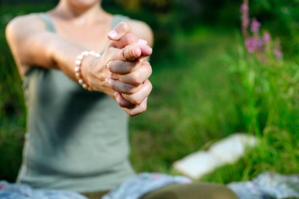 mudra hand frau sind in besonderer weise in einem yoga gefaltet. stark verwischt - kundalini yoga stock-fotos und bilder