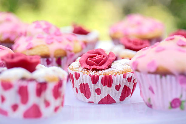 muffin mit marchpane rose - apfel marzipan kuchen stock-fotos und bilder