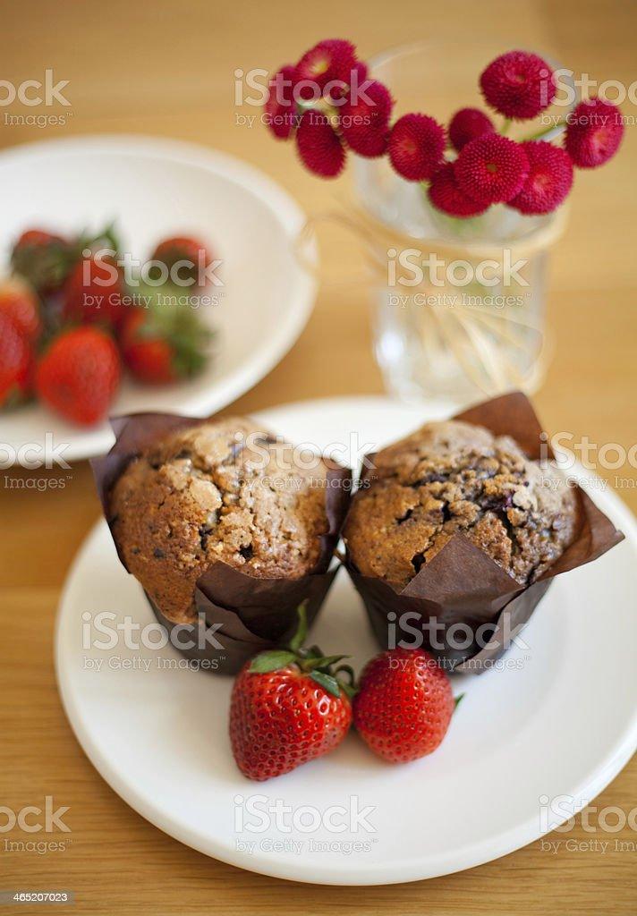Muffinka, muffin, babeczka, truskawki, kwiaty royalty-free stock photo